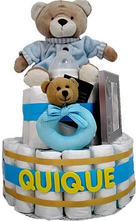 regalos para bebes con una tarta de pañales