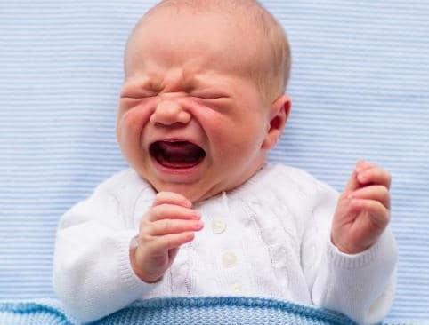 bebe enfermo llorando
