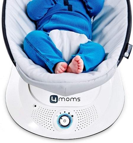 mecedora de bebé con pies apoyados